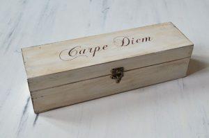 Cutie de vin pictata manual - Carpe Diem