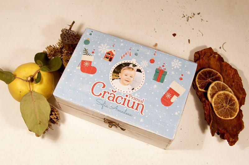 Set cadou - cutie personalizata Primul Craciun cu 3 ornamente de brad