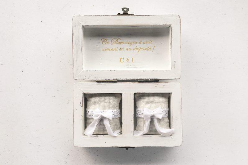 Set umerase si cutie de verighete personalizate cu numele mirilor si data nuntii