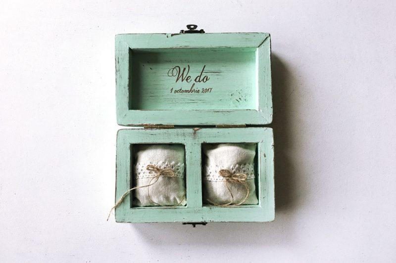 Cutie verighete personalizata cu numele mirilor si data nuntii - Mint to be