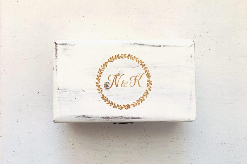 Set umerase si cutie de verighete personalizate cu logo-ul nuntii