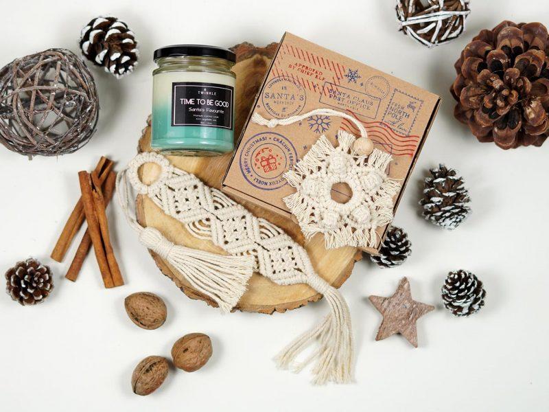 set cadou de Craciun - lumanare parfumata, semn de carte macrame si o decoratiune de brad macrame