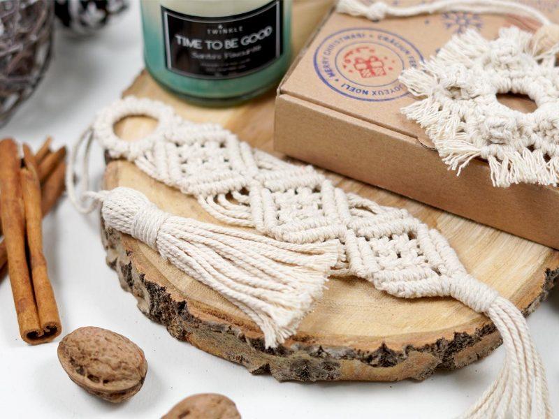 set cadou de Craciun - lumanare parfumata, semn de carte macrame si o decoratiune de brad macrame 4