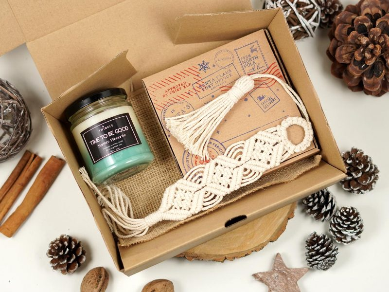 set cadou de Craciun - lumanare parfumata, semn de carte macrame si o decoratiune de brad macrame 6